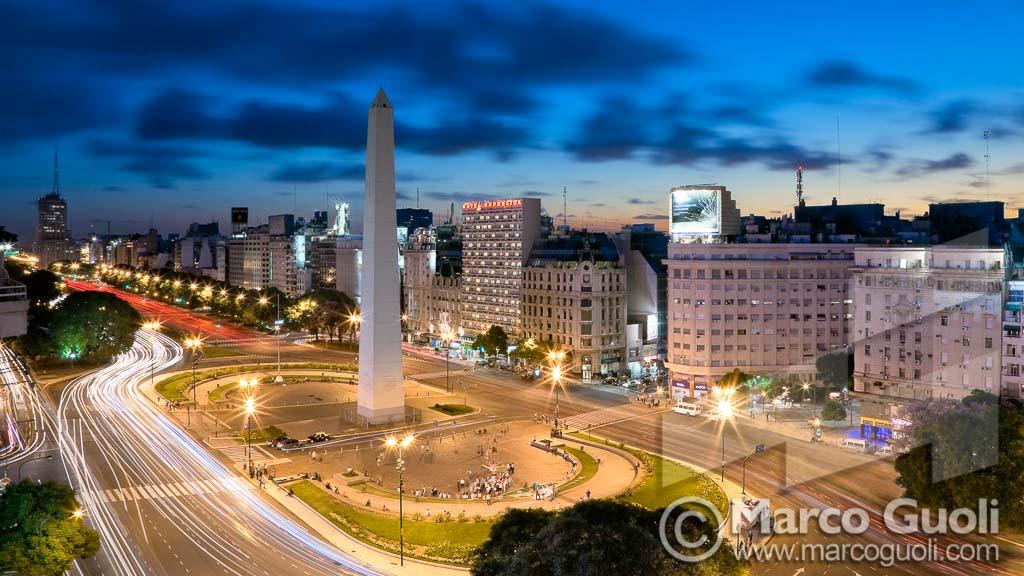 Imagen del Obelisco de Buenos Aires al anochecer realizada por el fotógrafo Marco Guoli y publicada en la tapa de la brochure de vinos Fuzion de la Bodega Familia Zuccardi