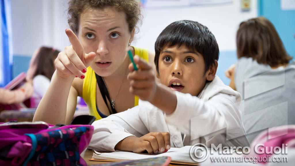 Fotografía documental con chicos y una voluntaria francesa de apoyo escolar, Dique Luján, Tigre, Provincia de Buenos Aires