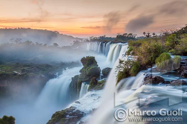 fotografía en alta resolución de las cataratas del Iguazú del Banco de imágenes de Marco Guoli publicada en doble página de apertura de un capítulo del libro institucional Sancor Salud aniversario 40 años