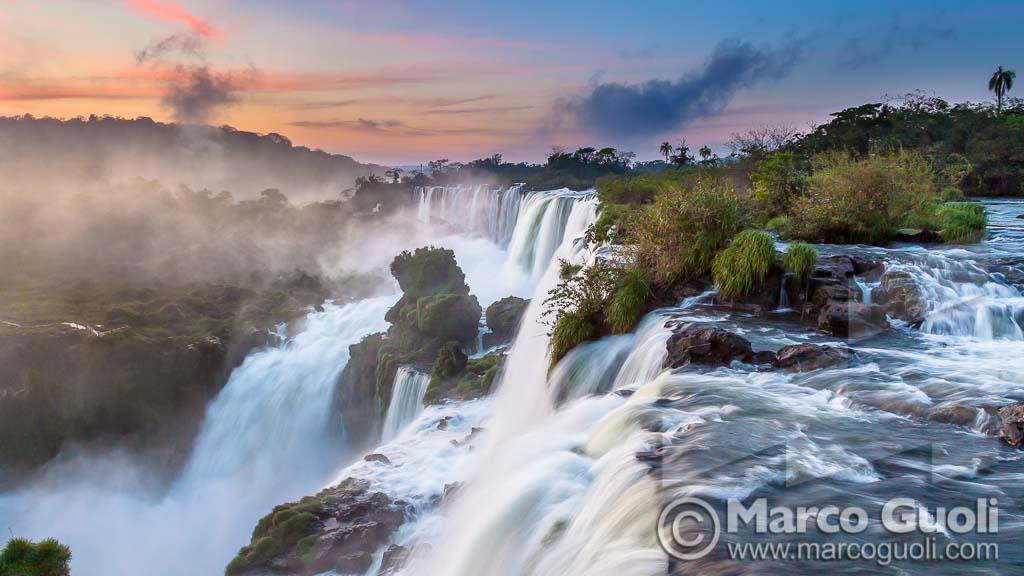 foto de calidad profesional de las cataratas de iguazú al amanecer del banco de imágenes de Marco Guoli