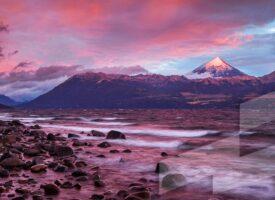 Foto en alta resolución del Banco de imágenes Argentina con el volcán Lanín al amanecer, Neuquén, Argentina