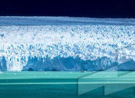 Foto en alta resolución del Banco de imágenes Argentina con un catamarán yendo hacia el Glaciar Perito Moreno, Santa Cruz, Argentina