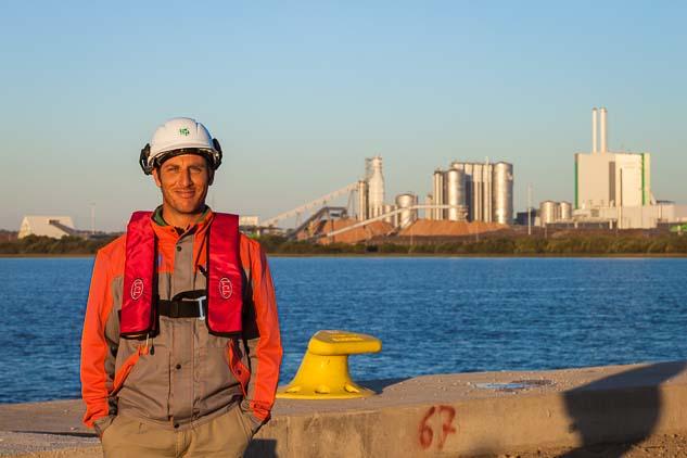 Retrato fotográfico frente al puerto privado de la empresa realizado por Marco Guoli para la Campaña publicitaria Montes del Plata, Uruguay