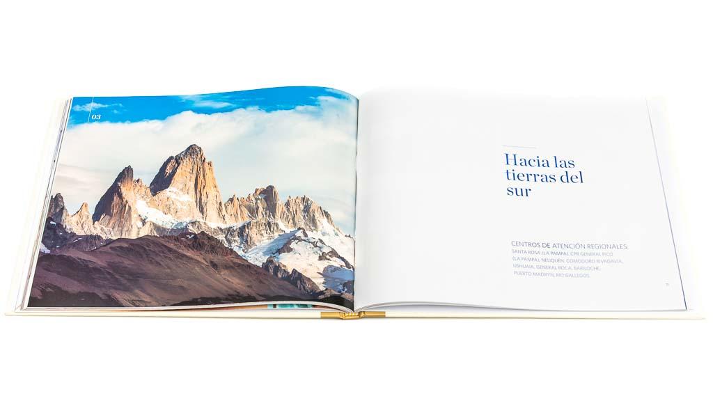 Doble página de apertura de un capítulo del libro institucional Sancor Salud aniversario 40 años, con una fotografía en alta resolución del cerro Fitz Roy del Banco de imágenes de Marco Guoli