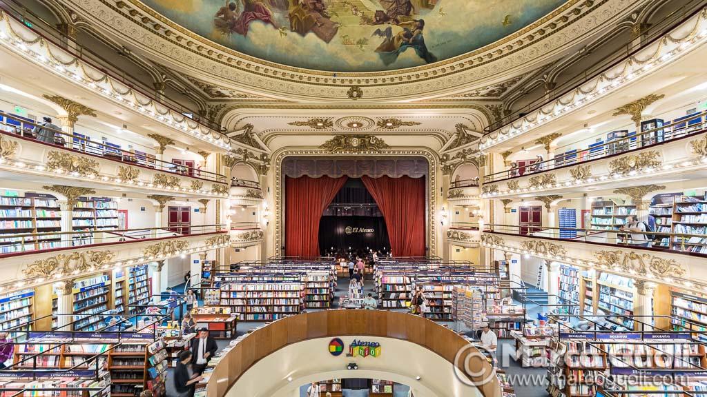 Arquitectura de interiores de la Libreria El Ateneo Grand Splendid, vista de la planta baja y el escenario bar, Buenos Aires, Argentina