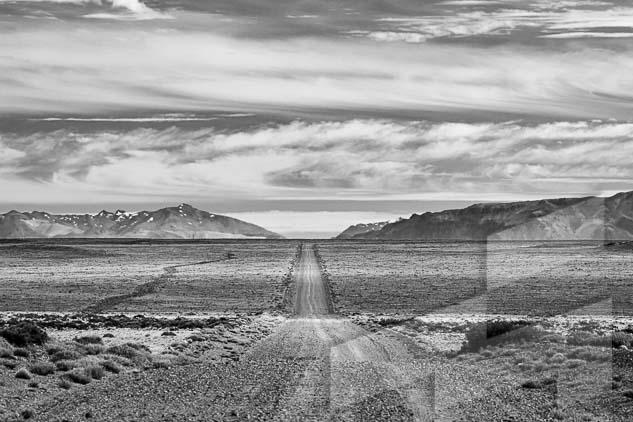 La pagina del semestre del año en curso del Calendario Argentina 2021, con una foto en blanco y negro de la ruta 97 en Santa Cruz, Argentina