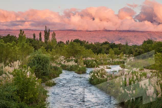La pagina del mes de diciembre del Calendario Argentina 2021, con una foto del río chico de Nono al atardecer, Córdoba, Argentina