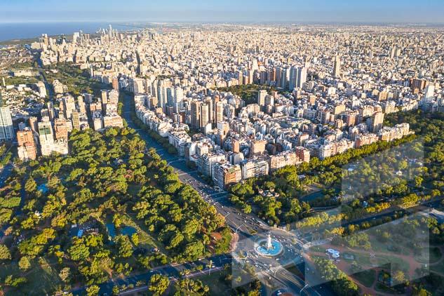 La pagina del mes de septiembre del Calendario Argentina 2021, con una foto de la avenida del Libertador en la Ciudad autónoma de Buenos Aires, Argentina