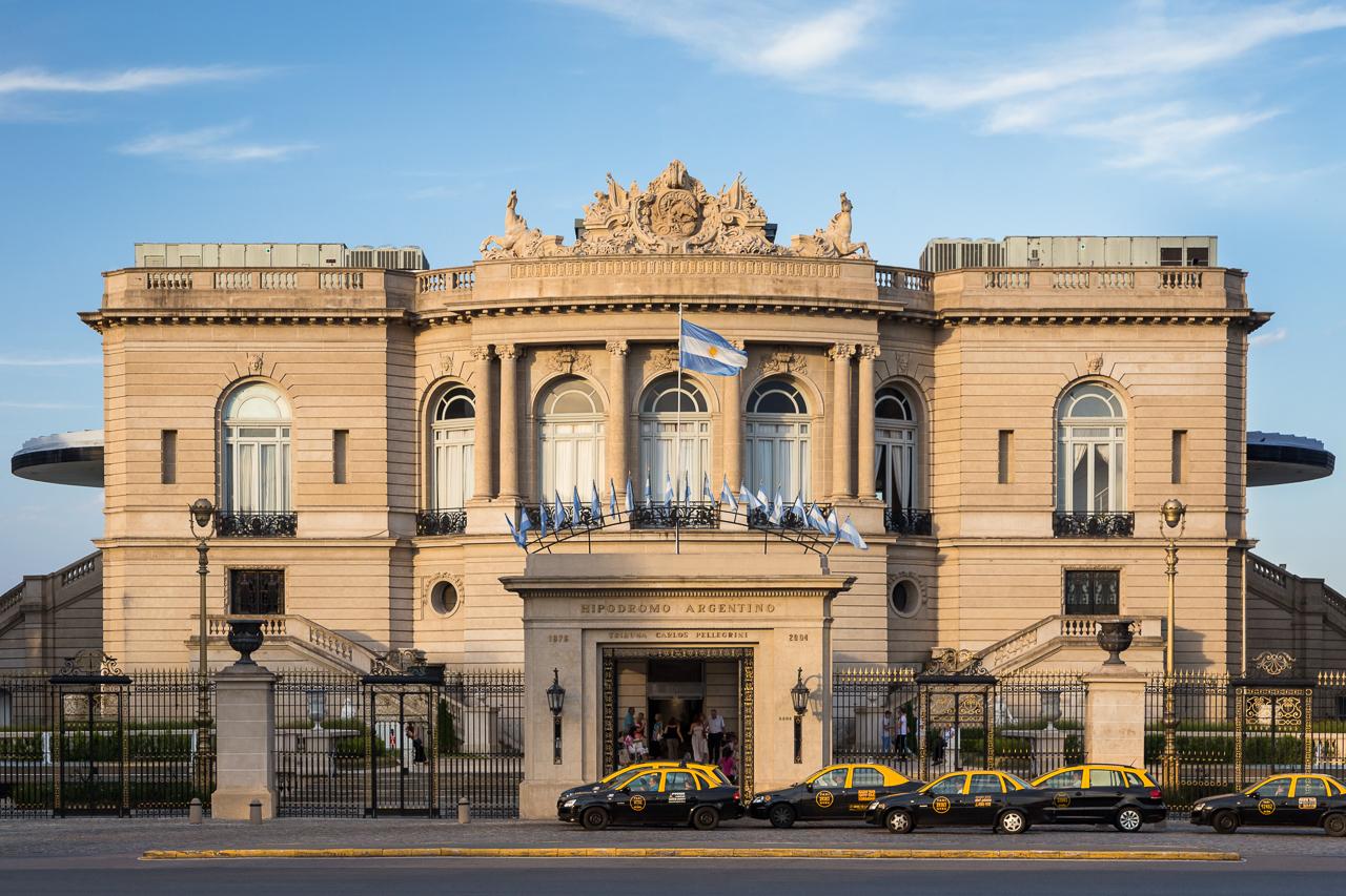 Fotografía de la arquitectura exterior del hipódromo de Palermo, Buenos Aires, Argentina