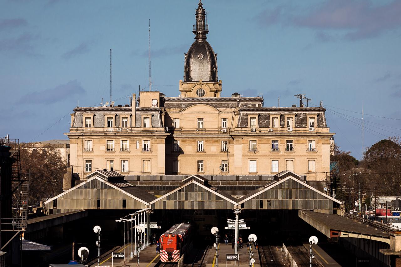 Fotografía de la arquitectura exterior de una terminal de ferrocarril, Buenos Aires, Argentina