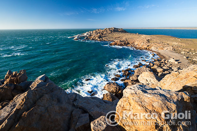 Cuarta página del Calendario Argentina 2015 con el mes de febrero y una imagen de Cabo Blanco, Santa Cruz