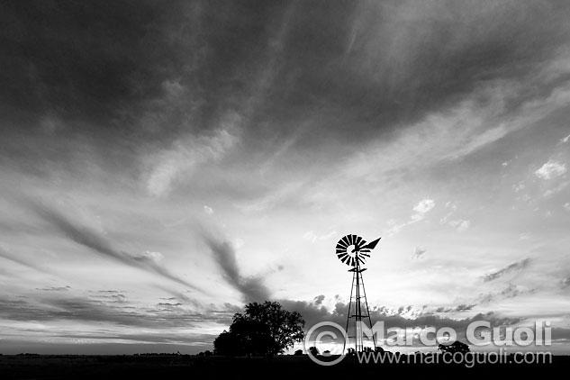 Segunda página del Calendario Argentina 2015 con una imagen de un molino de viento, provincia de Buenos Aires