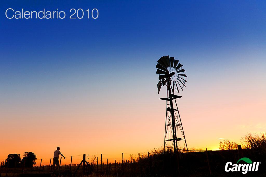 La imagen de la tapa del Calendario corporativo Cargill Argentina 2010 con una fotografía de un molino de viento al atardecer de Marco Guoli