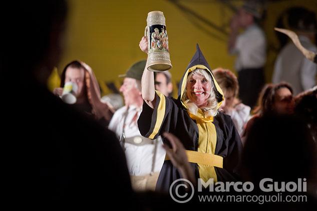 Foto de la Oktoberfest Argentina con un brindis desde el escenario, Villa General Belgrano, Córdoba