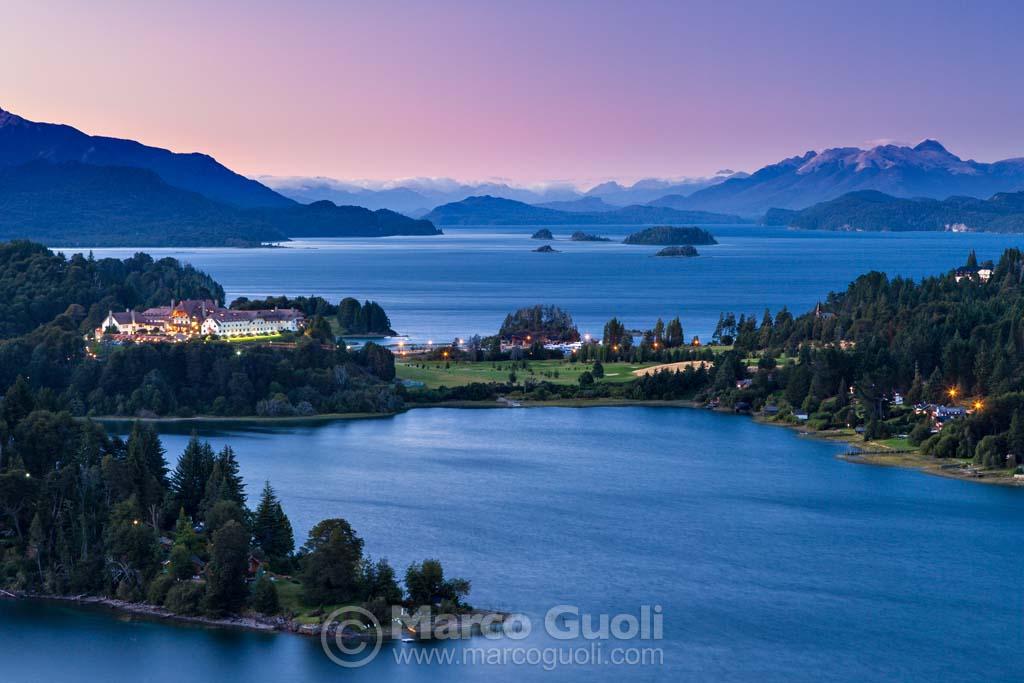 El mes de Enero del Calendario Argentina 2019, con los lagos de Bariloche al anochecer, Río Negro, Argentina