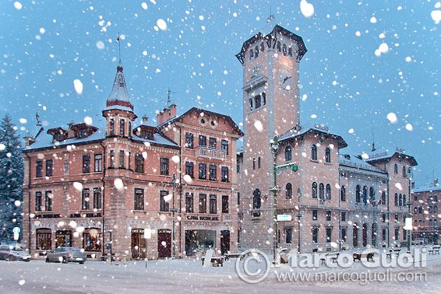 Fotografía del centro cívico de Asiago durante una nevada al crepúsculo, Italia, realizada con una técnica fotográfica con nieve denegada por los manuales de fotografía