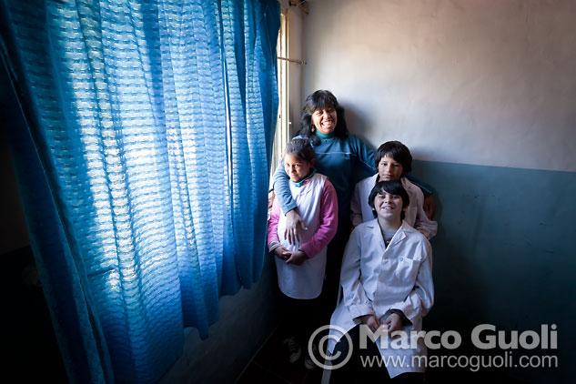 Fotografía documental con chicos y su maestra de apoyo escolar, Dique Luján, Tigre, Provincia de Buenos Aires
