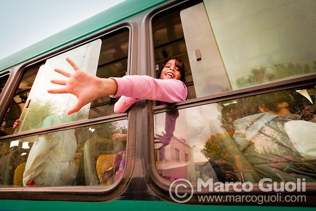 Fotografía documental con chicos volviendo a casa en micro después de una tarde de apoyo escolar, Dique Luján, Tigre, Provincia de Buenos Aires