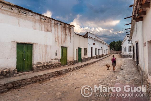 fotografía del casco histórico de Cachi al atardecer, Valles Calchaquíes